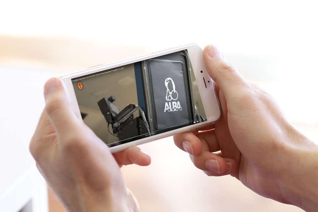 smartphone_mani_video_presentazione_alba_carrozzina_san_camillo_torino_portfolio_hitlife_agency