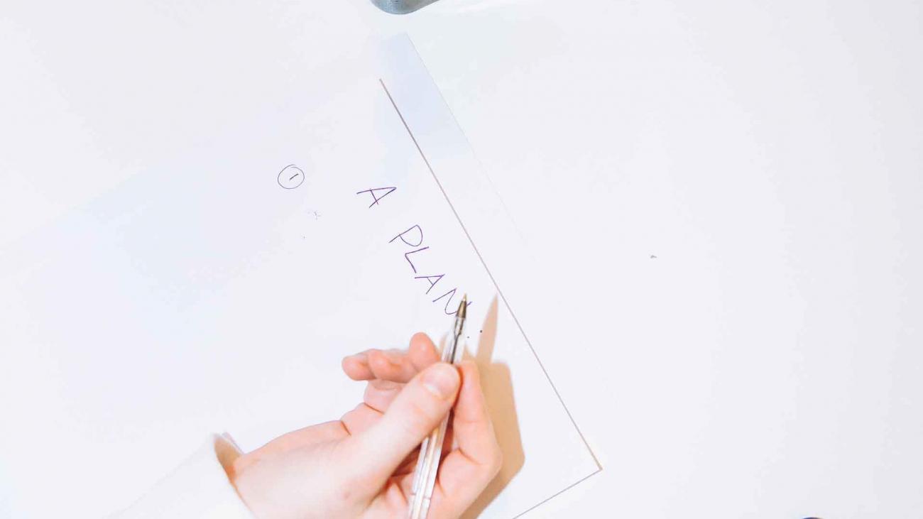 calendario_su_smartphone_matite_dentro_portamatite_foglio_ideazione_piano_comunicazione