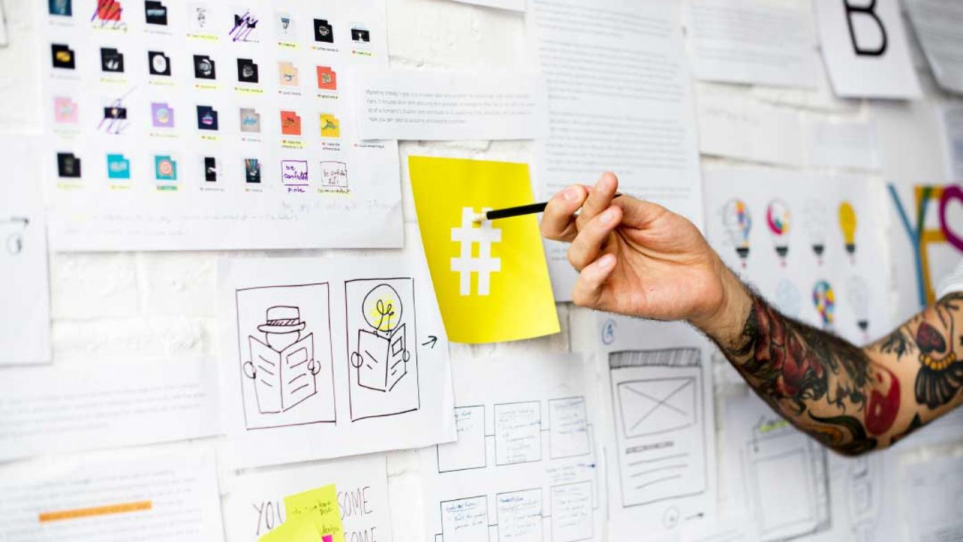 hashtag_mano_indica_matita_foglietto_social_lavoro_comunicazione