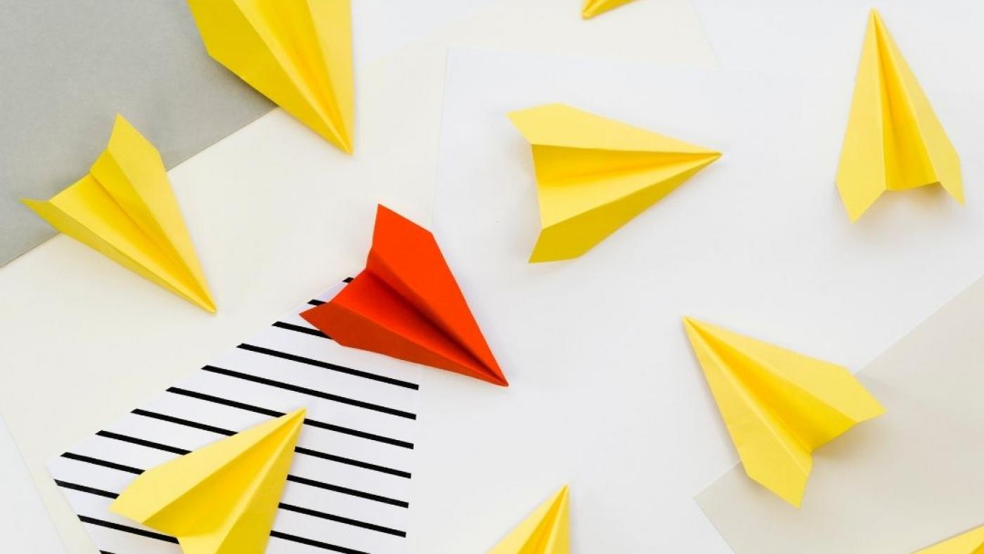 aeroplani di carta gialli e uno rosso