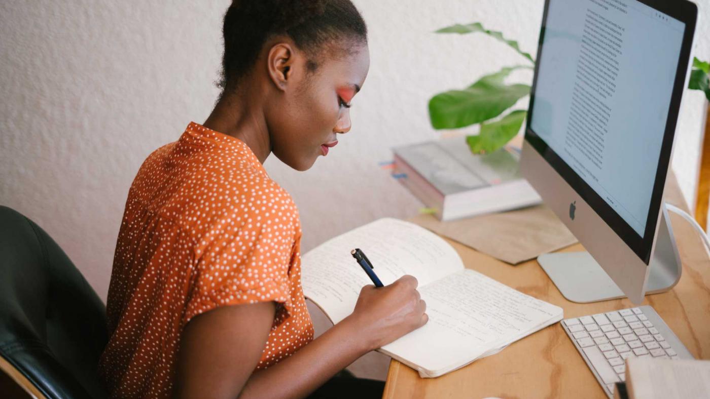 donna scrive davanti a computer strategia comunicazione digitale