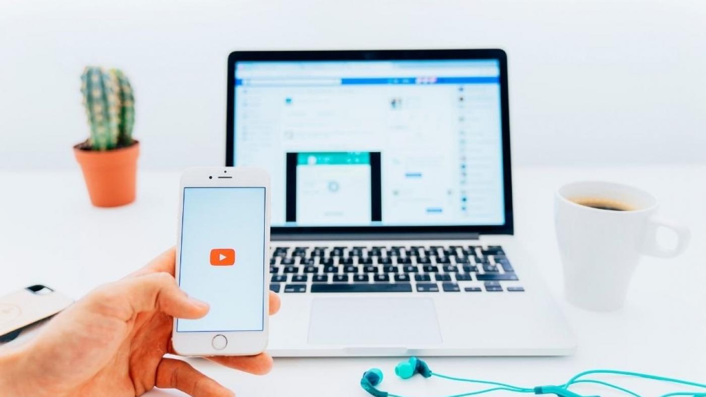 telefono con logo app youtube e tablet aperto su scrivania